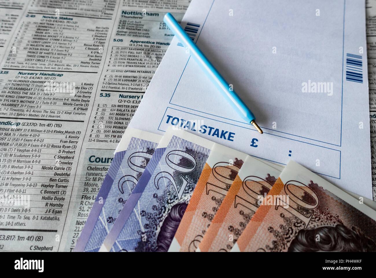 Wettschein mit £ 10 und zwanzig Pfund Hinweise auf Pferderennen Seite der britischen Zeitung. Stockbild