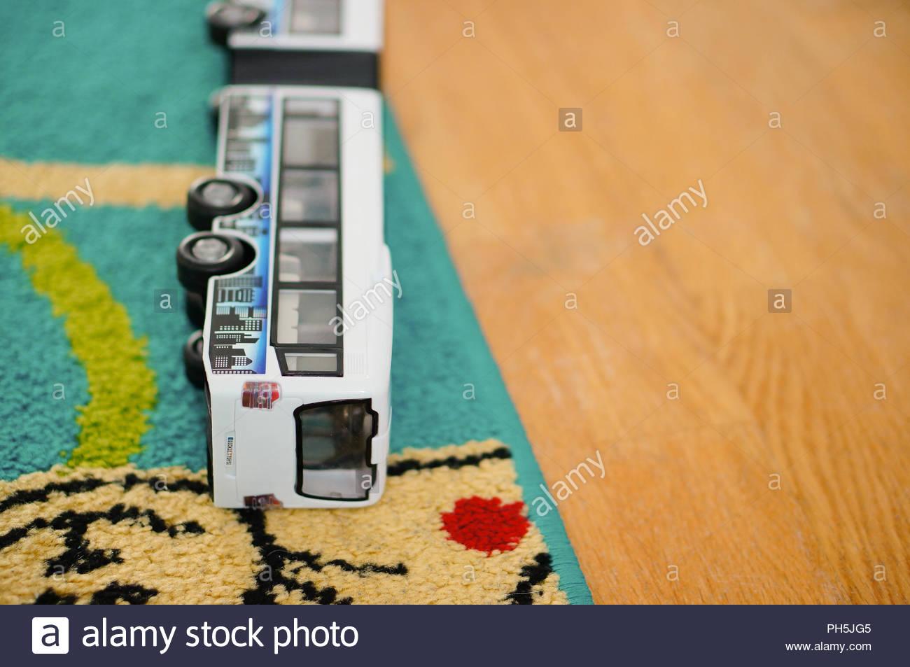 Fußboden Aus Kunststoff ~ Kunststoff spielzeug bus liegen auf einem fußboden mit