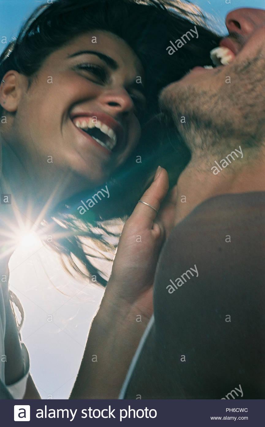 Paar, gemeinsam lachen Stockfoto