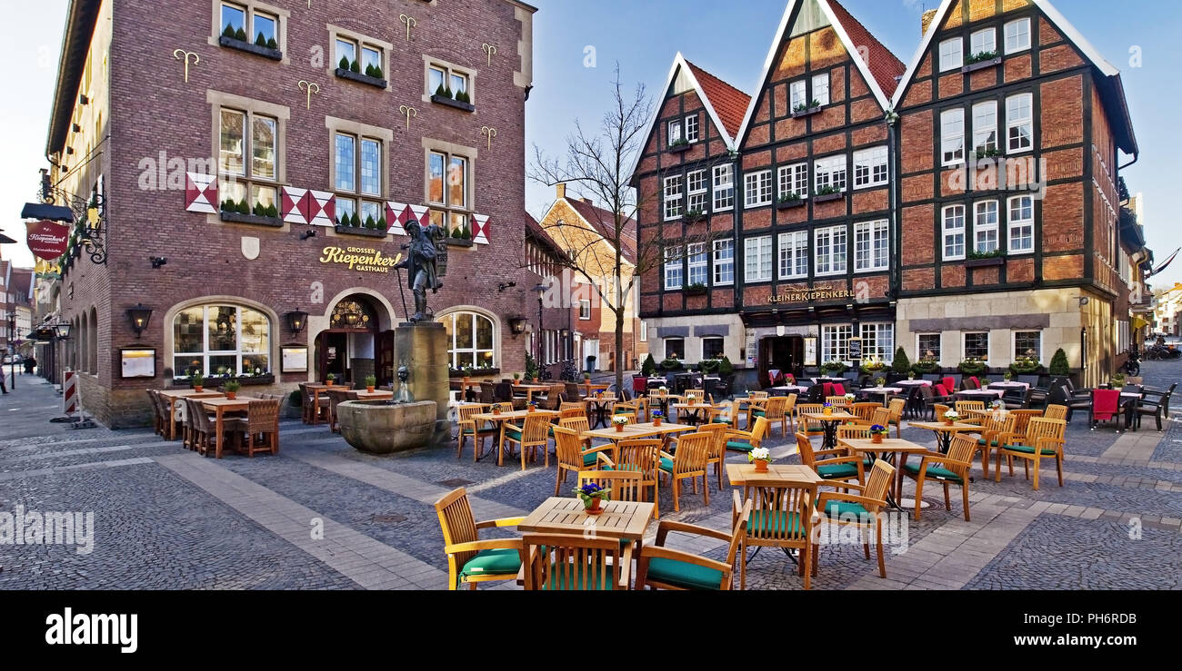 Bürgersteig Restaurant und Kiepenkerl statue Muenster Stockbild