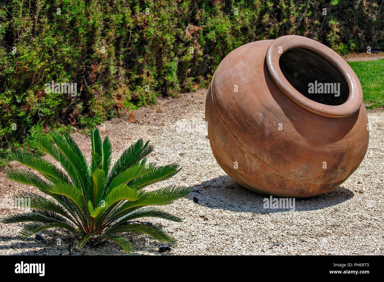 Landschaftsgestaltung mit Vintage amphora Stockbild