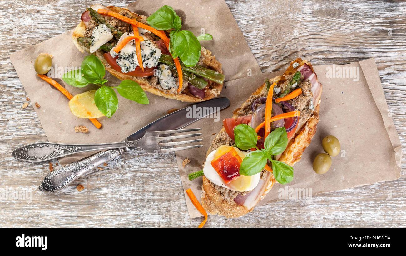 Italienische sandwiches Pastete mit Pilzen, Gemüse, Käse und ...
