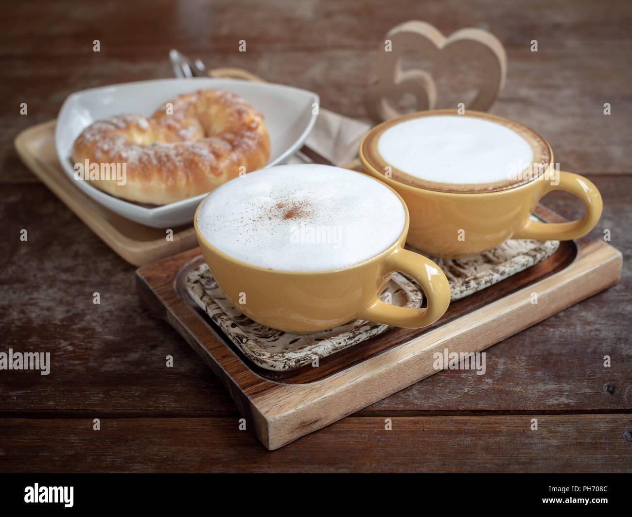 Zwei Tassen Heißen Kaffee Und Süßes Brot Auf Weiße Platte