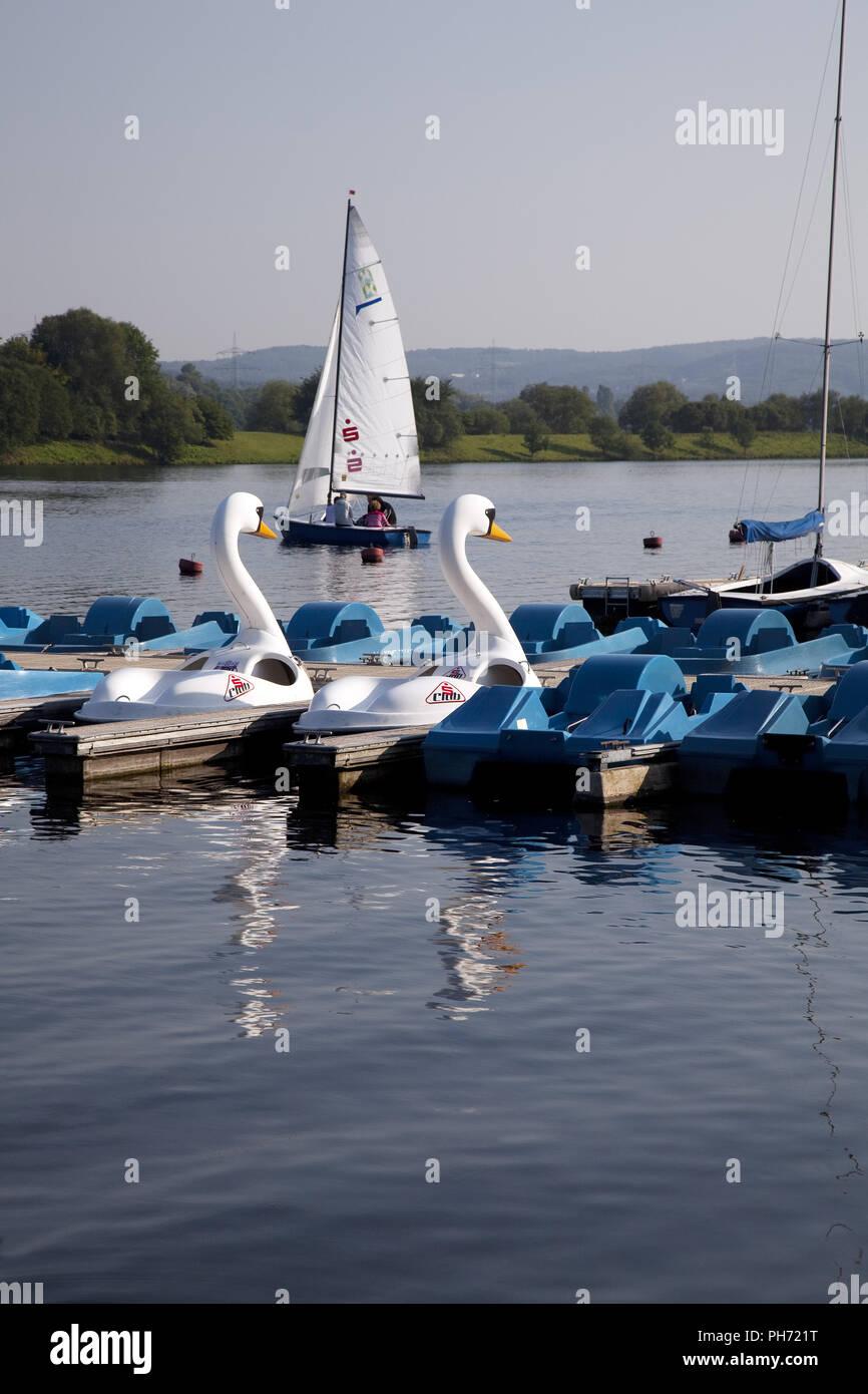 Tretboote und Segelboot, See Kemnade, Deutschland Stockbild