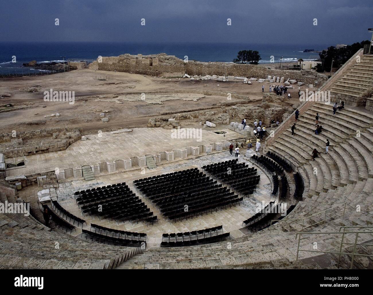 VISTA ALLGEMEINE DESDE ARRIBA HACIA EL FOSO (Orchester) RESTAURADO. Ort: Teatro Romano, CESAREA, Israel. Stockbild
