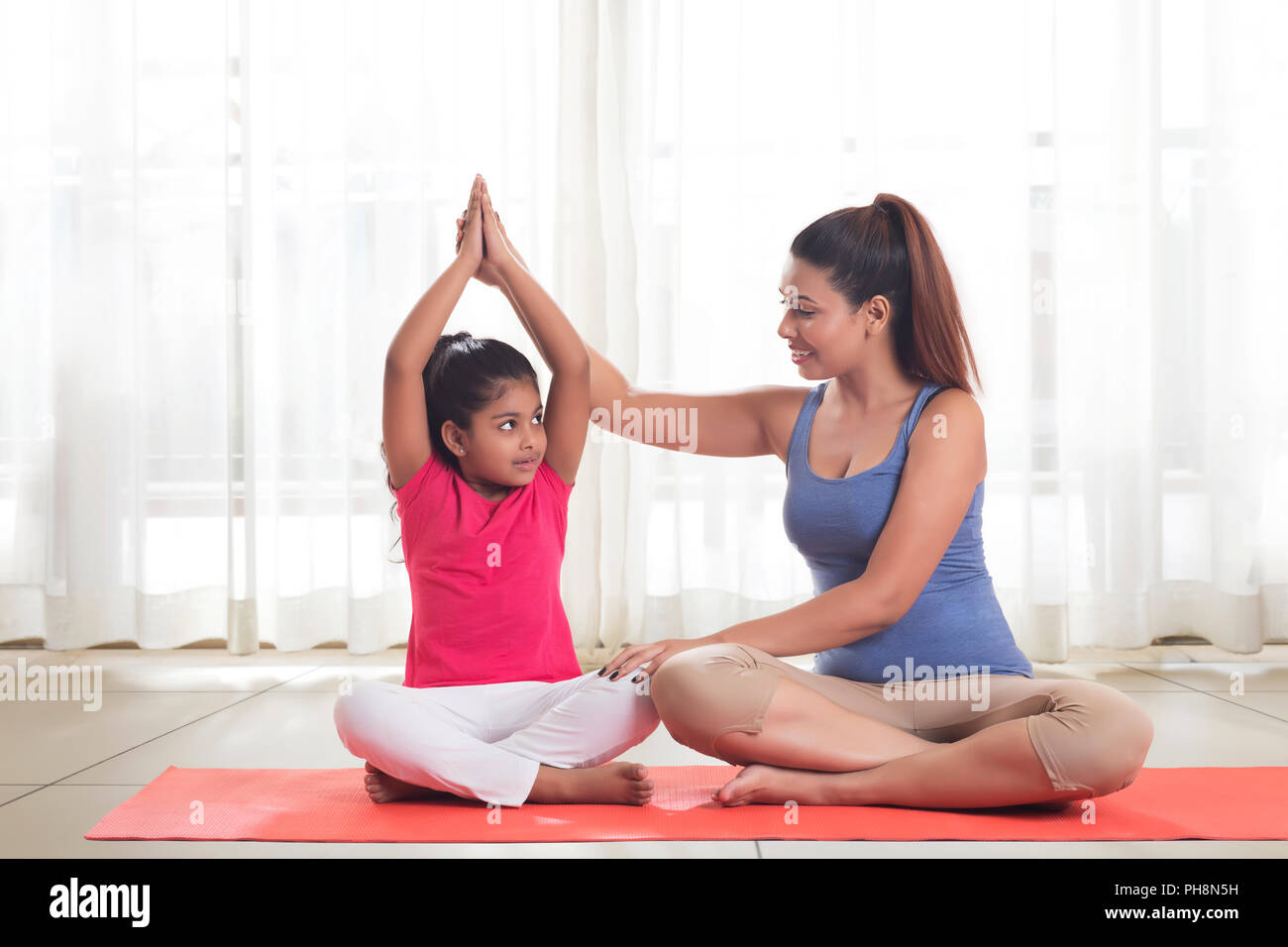 Mutter Sitzen Auf Dem Boden Yoga Mit Tochter Stockfoto Bild