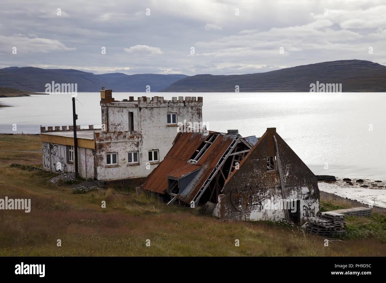 Verfallene Häuser am Fjord Isafjoerdur, Westfjorde, Island Stockbild