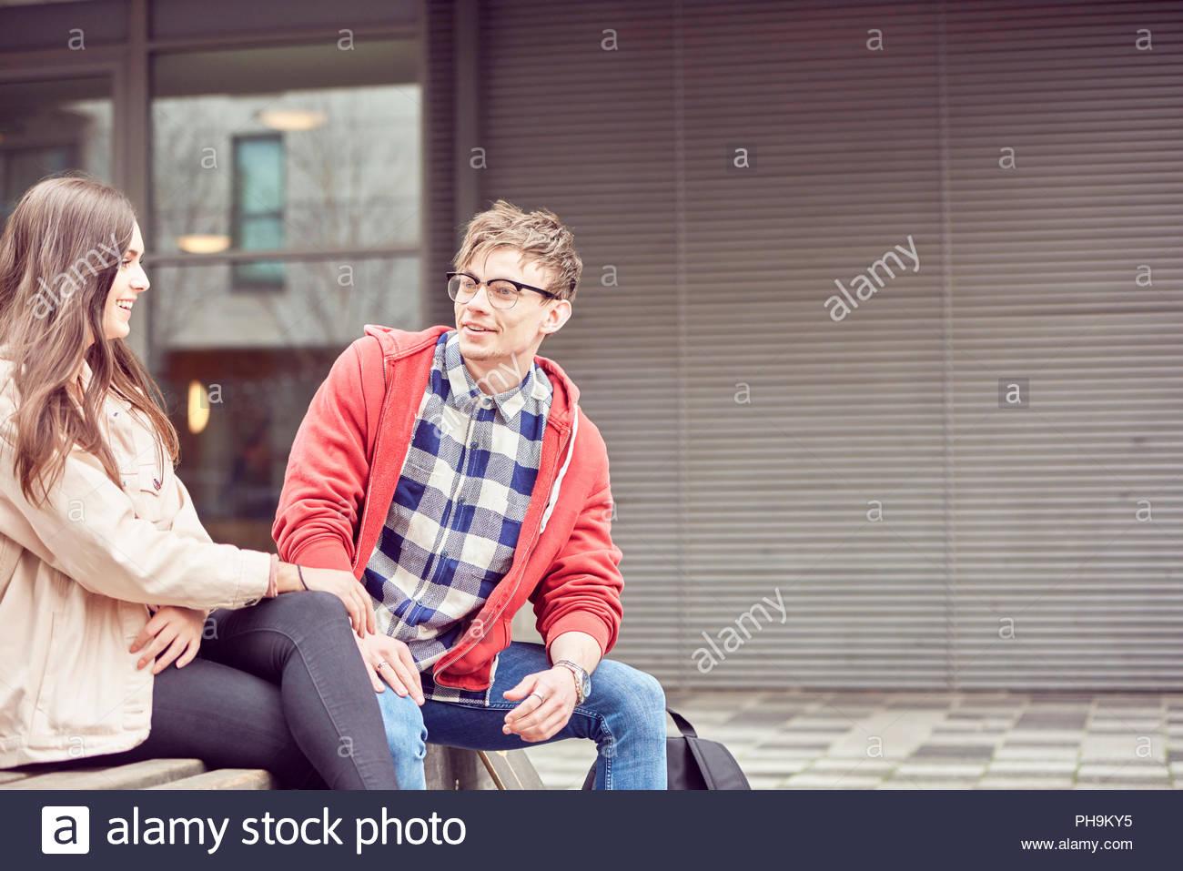 Teenager-paar beisammen sitzen Stockfoto