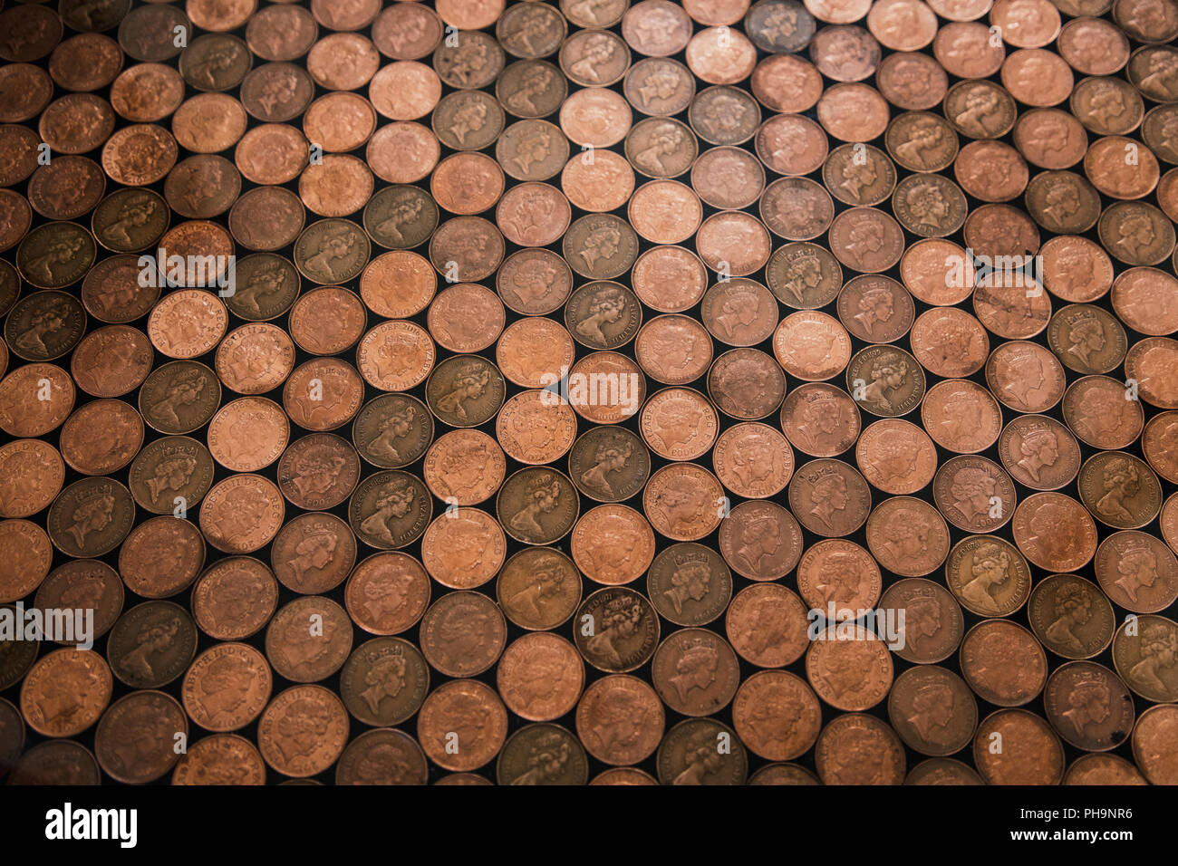 Fußboden Aus Pennys ~ Abstrakte hohen winkel auf einem boden der aus zwei groschen