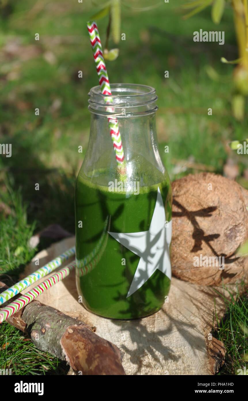 Grüne Smoothie mit Spinat, Apple und coconat (außen) Stockbild