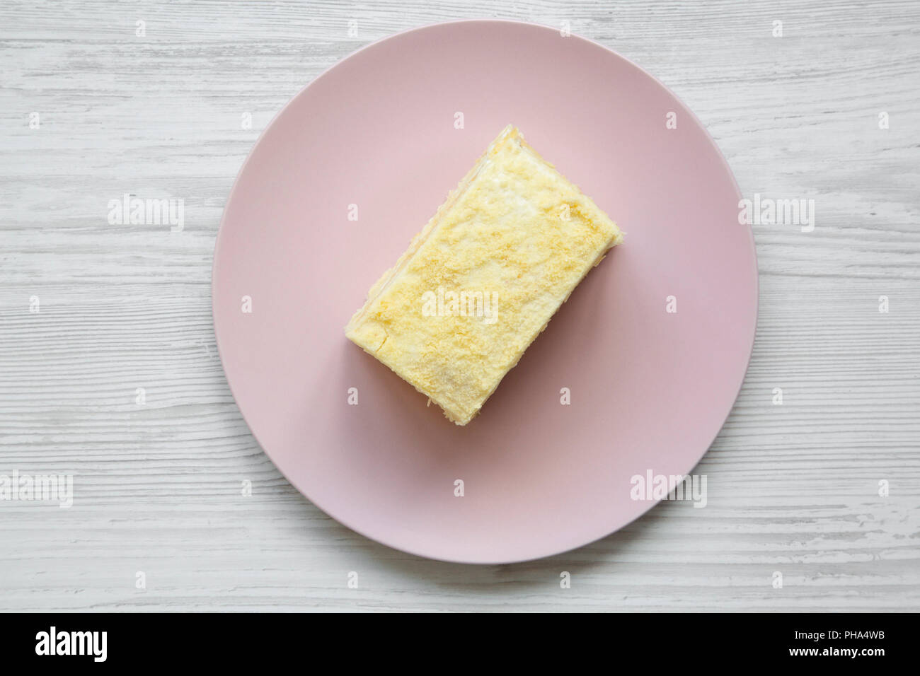 Stuck Von Napoleon Kuchen Auf Rosa Die Platte Uber Der Weissen Holz