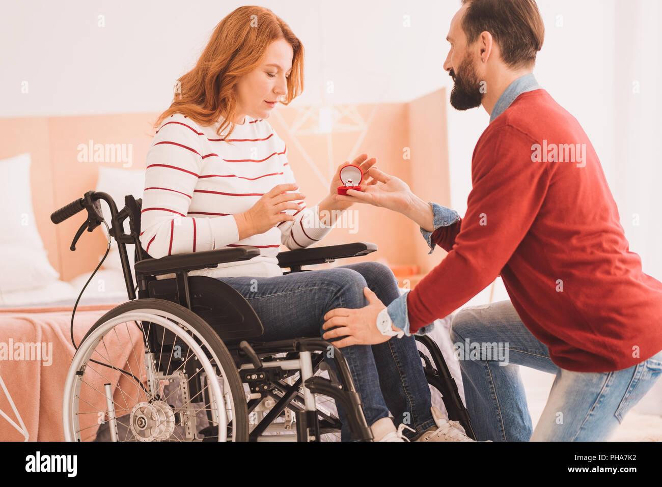 Angenehme liebevoller Mann einen Vorschlag zu machen Stockbild