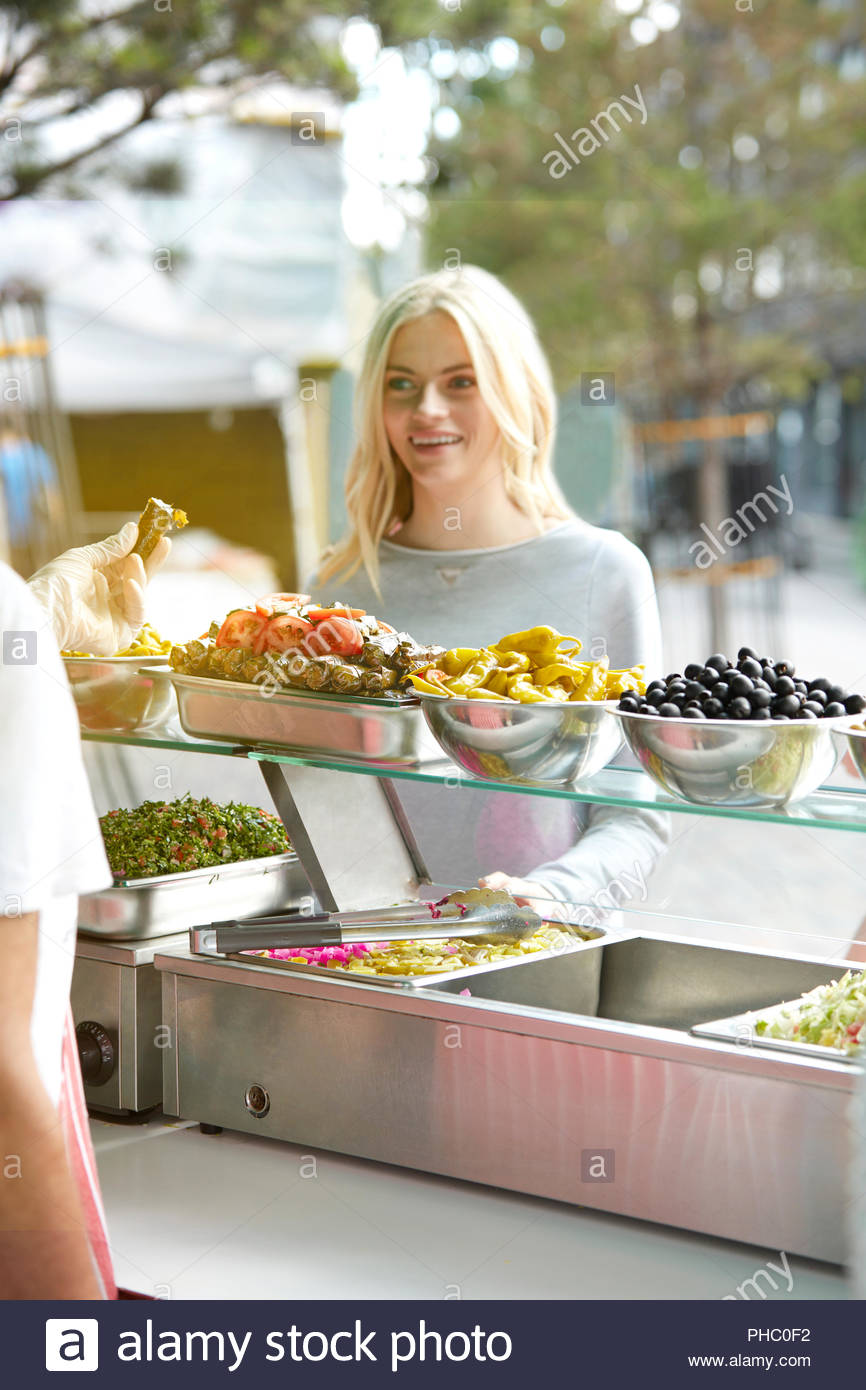Junge Frau einkaufen am Imbiss-Stand. Stockbild