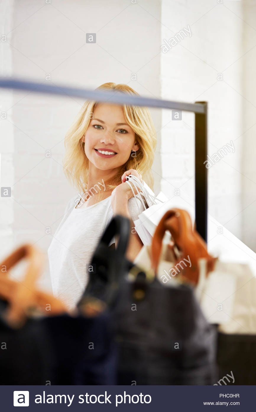 Lächelnde junge Frau mit Einkaufstüten. Stockfoto
