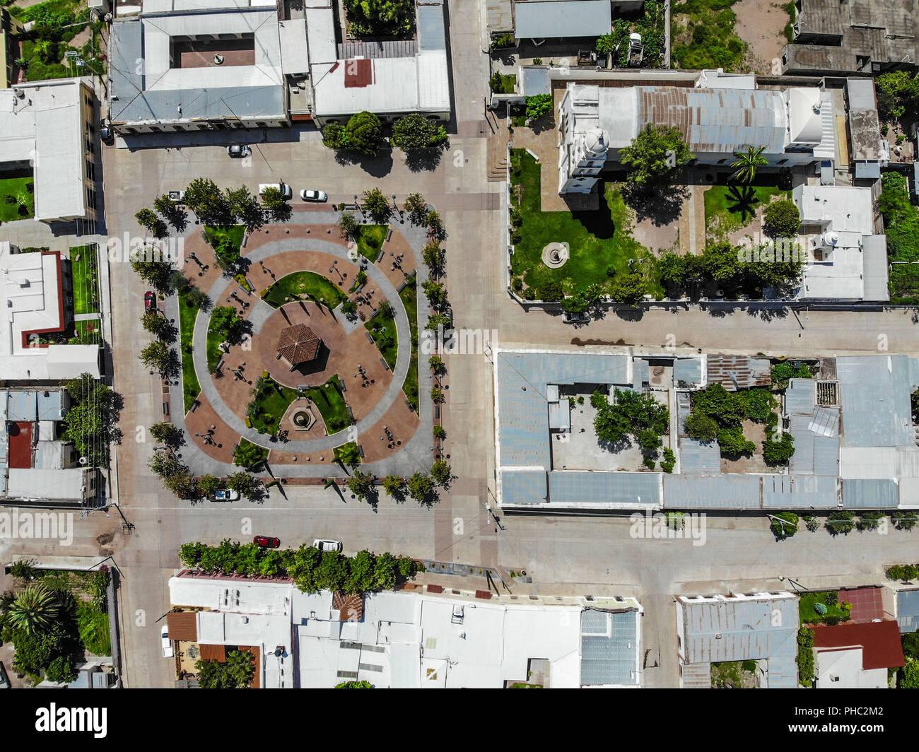 Vista aérea del Pueblo de Banamichi, Sonora, Mexiko. Paisaje ländlichen, Plaza y kiosco e iglecia... Luftaufnahme der Stadt Banamichi, Sonora, Mexiko. Stockbild