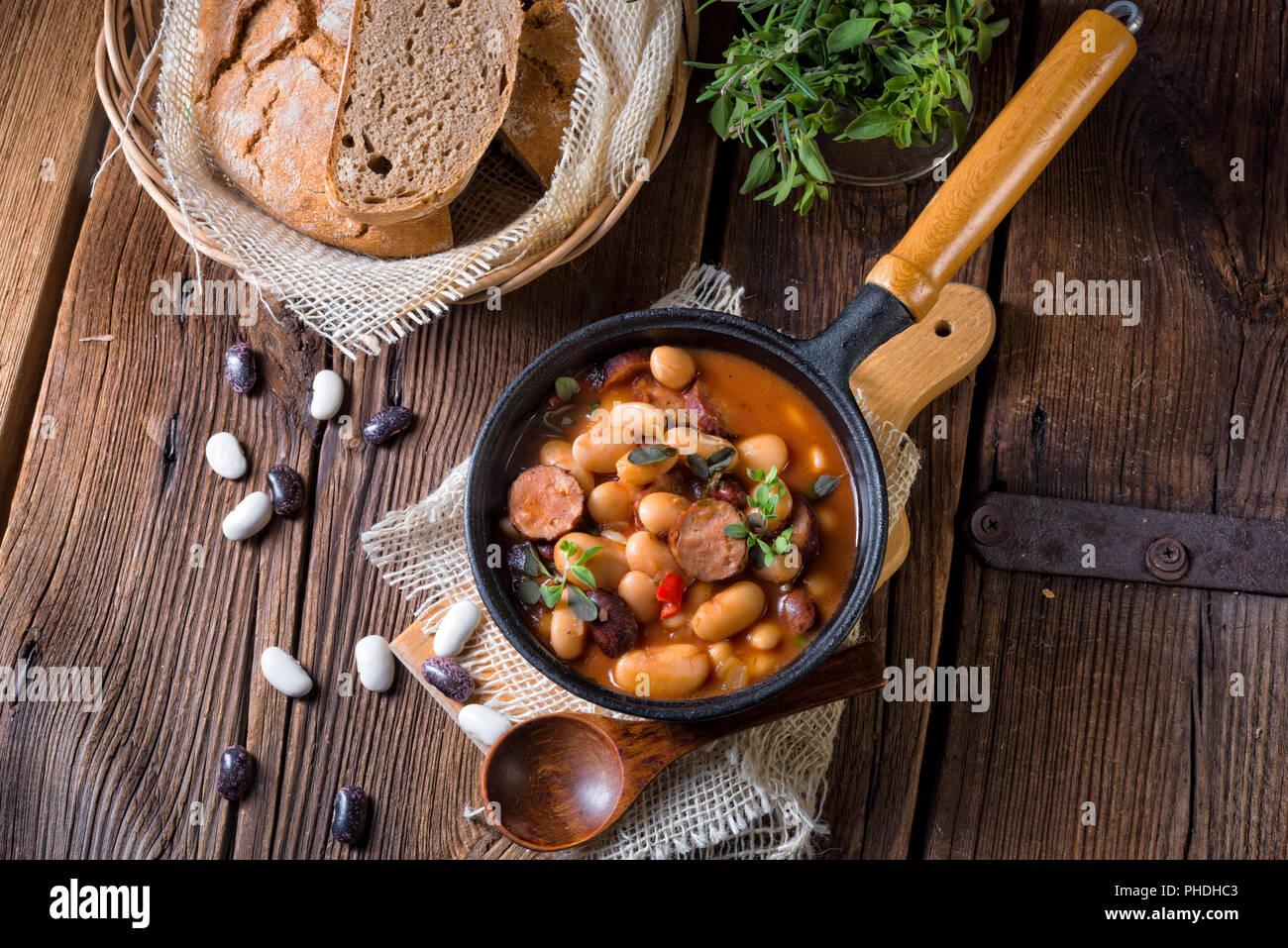 Polnische gebackene Bohnen mit Wurst Stockbild