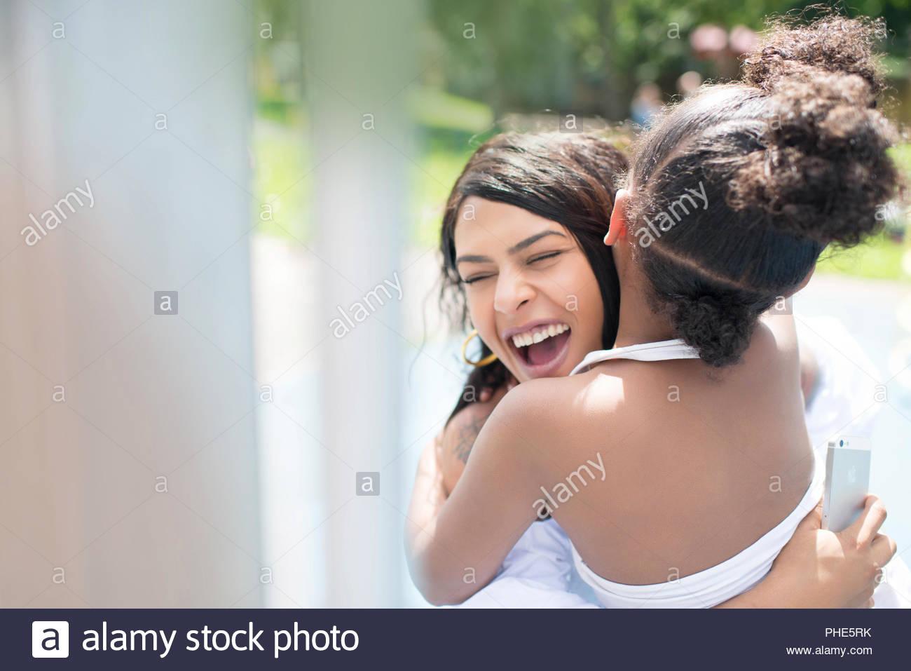 Lächelnde junge Frau ihre Tochter umarmen Stockbild