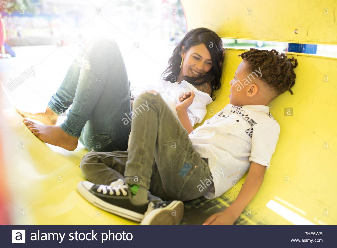 Mutter und Sohn spielen am Spielplatz Stockbild