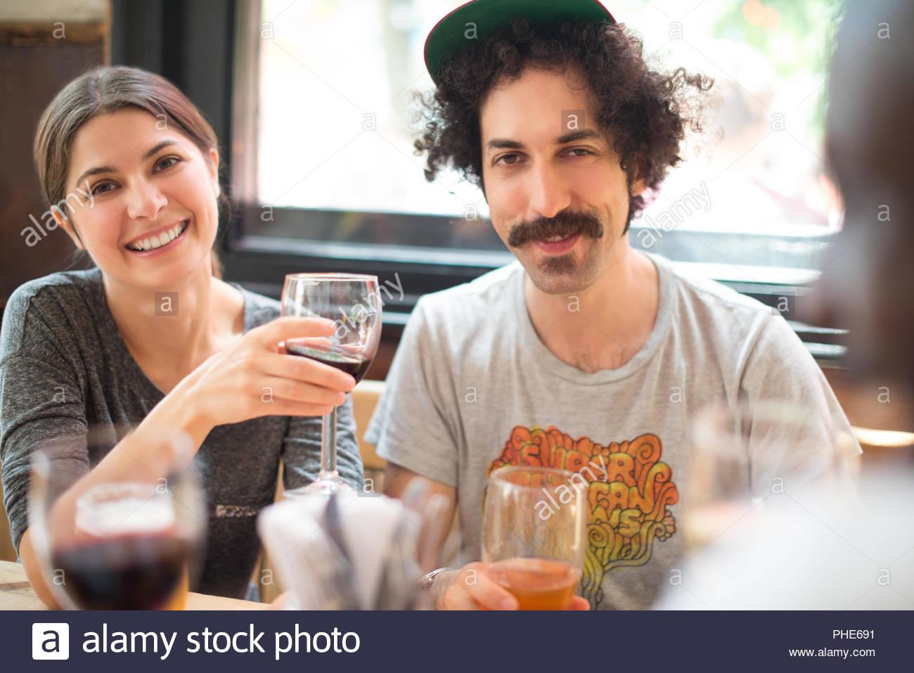 Paar mit Freunden an der Bar Stockbild