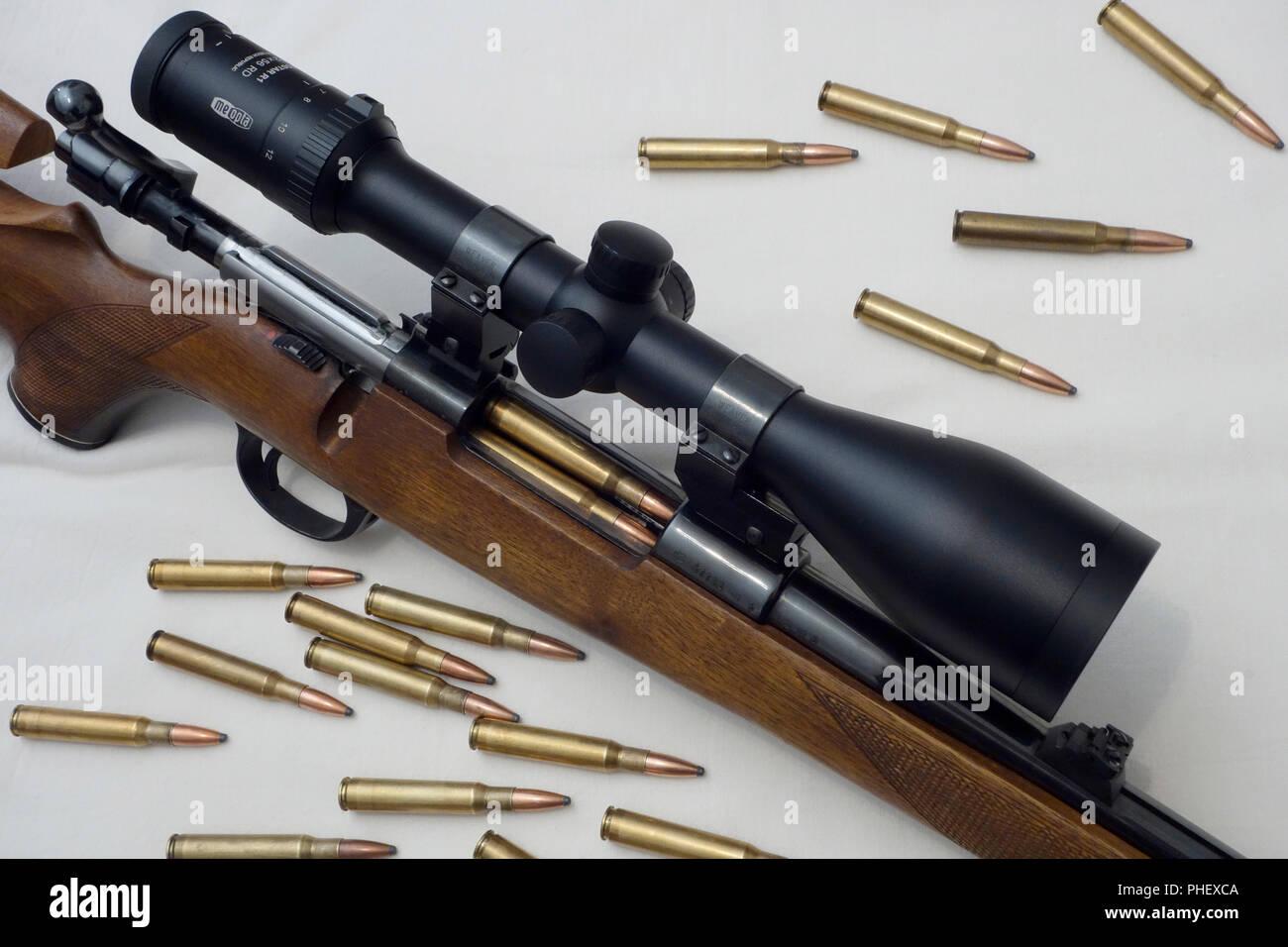 Nahaufnahme eines Jagd Sporting Rifle mit Mauser Verriegelungssystem und montiert Gewehr - Umfang und zerstreute Munition. 30-06 Stockbild