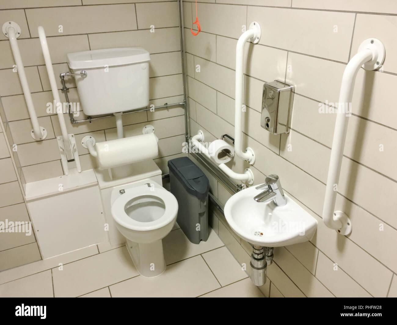Behinderte unterstützt Badezimmer WC neutralen Fliesen und weiße ...