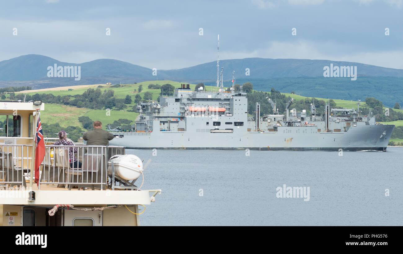 Passagiere auf MV Häuptling Passagierfähre beobachten die USNS Medgar Evers (T-AKE-13) United States Navy Schiff im Firth of Clyde, Schottland, Großbritannien Stockbild