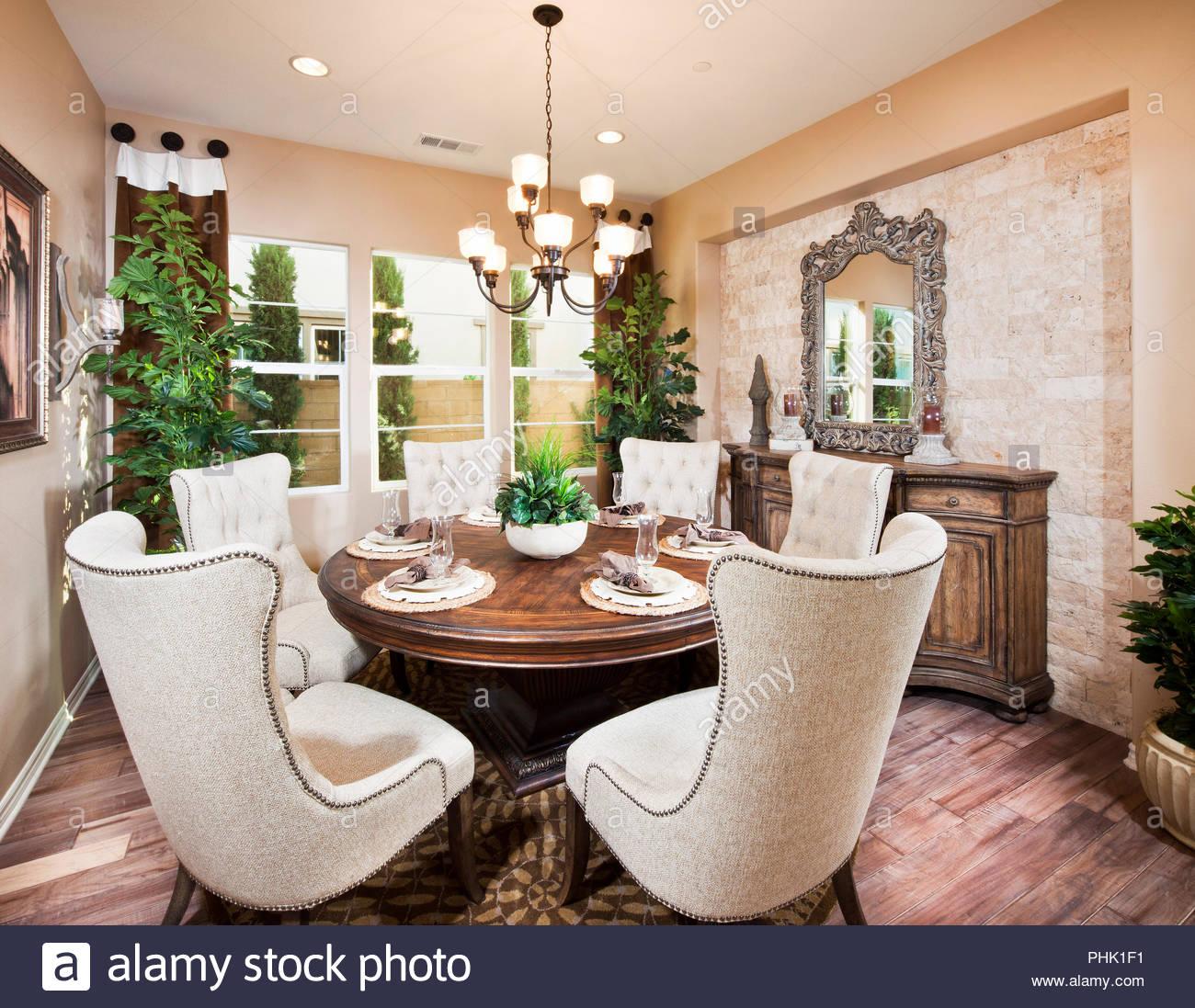 Esszimmer mit Tisch Stockbild