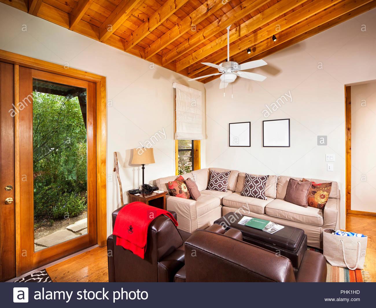 Wohnzimmer mit Holzdecke Stockbild