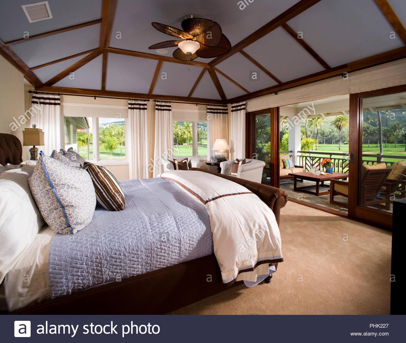 Schlafzimmer mit Deckenventilator Stockbild
