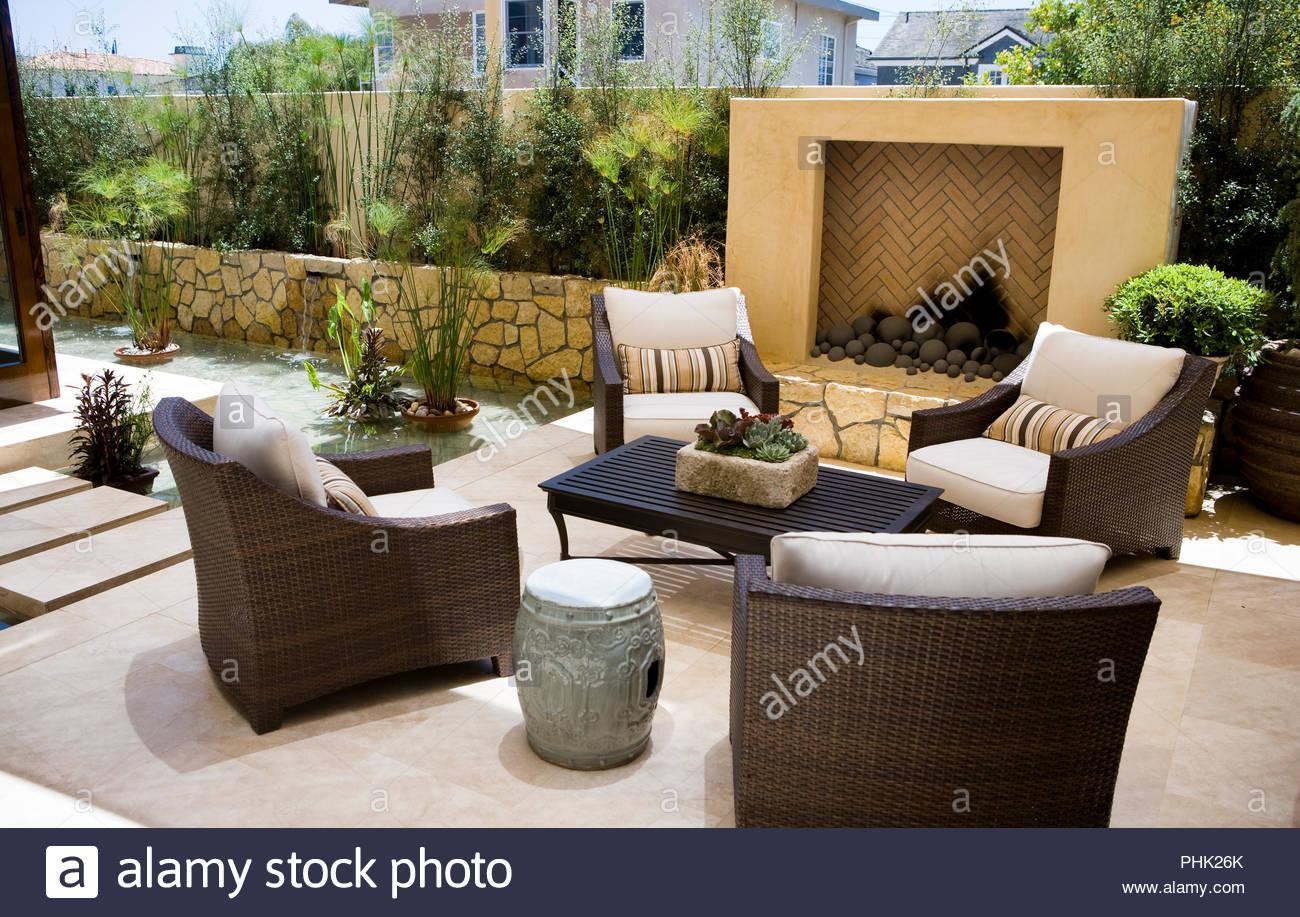 Outdoor Sessel am Kamin auf der Terrasse Stockfoto, Bild: 217392411 ...