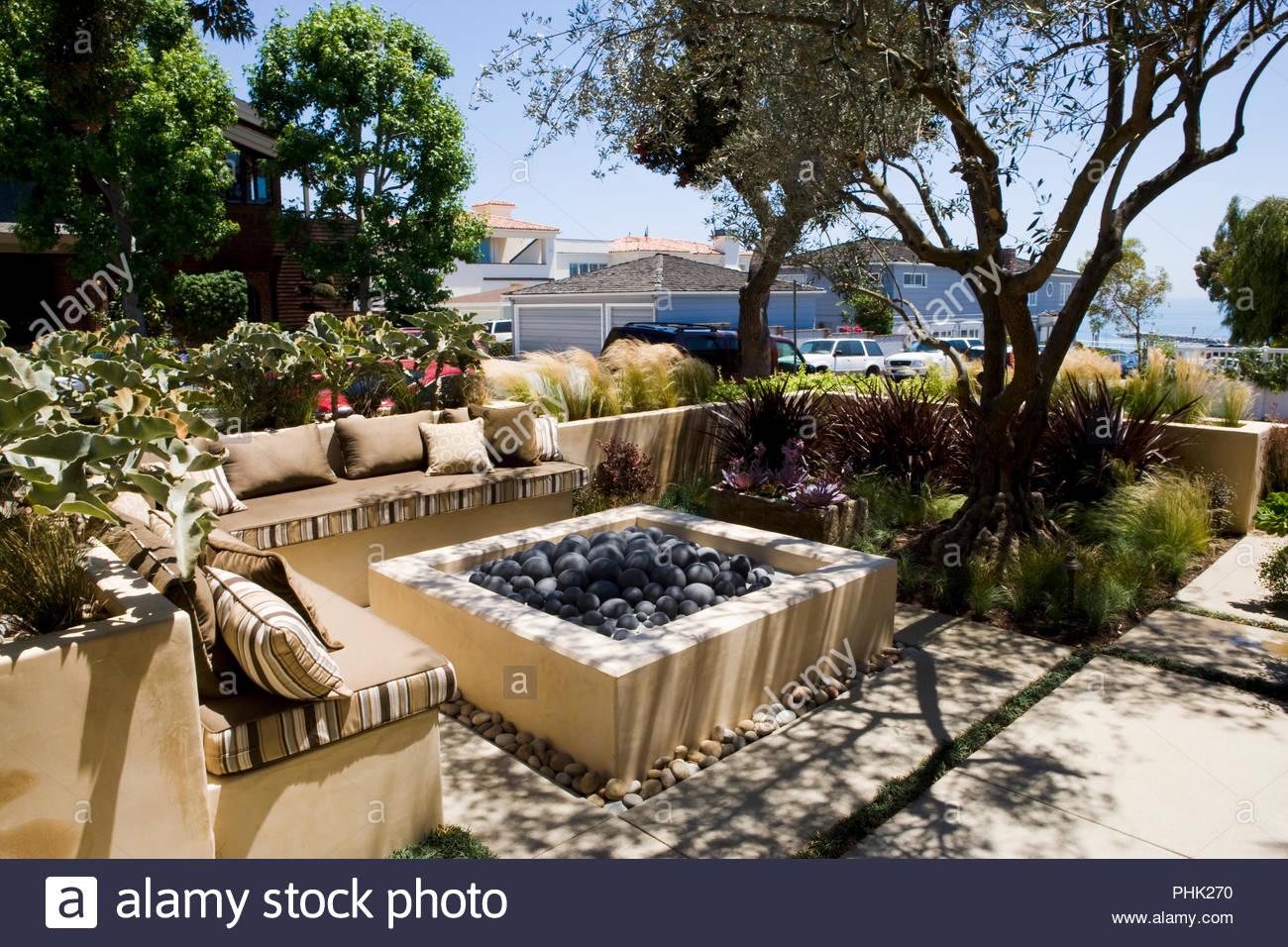 Sofa Und Feuerstelle Auf Terrasse Stockfotografie Alamy
