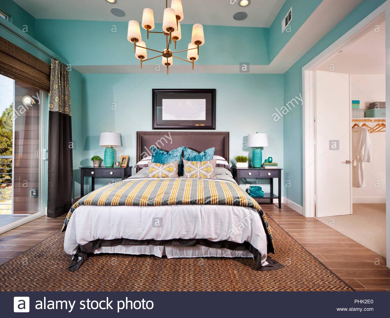 Schlafzimmer mit Kronleuchter Stockbild
