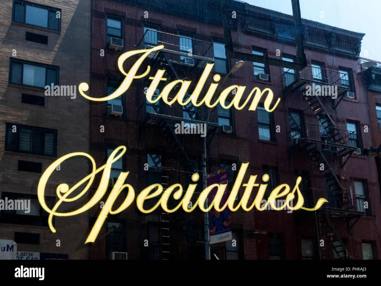 Italienische Spezialitäten Schild im Fenster von einem italienischen Restaurant in Little Italy, New York City Stockbild
