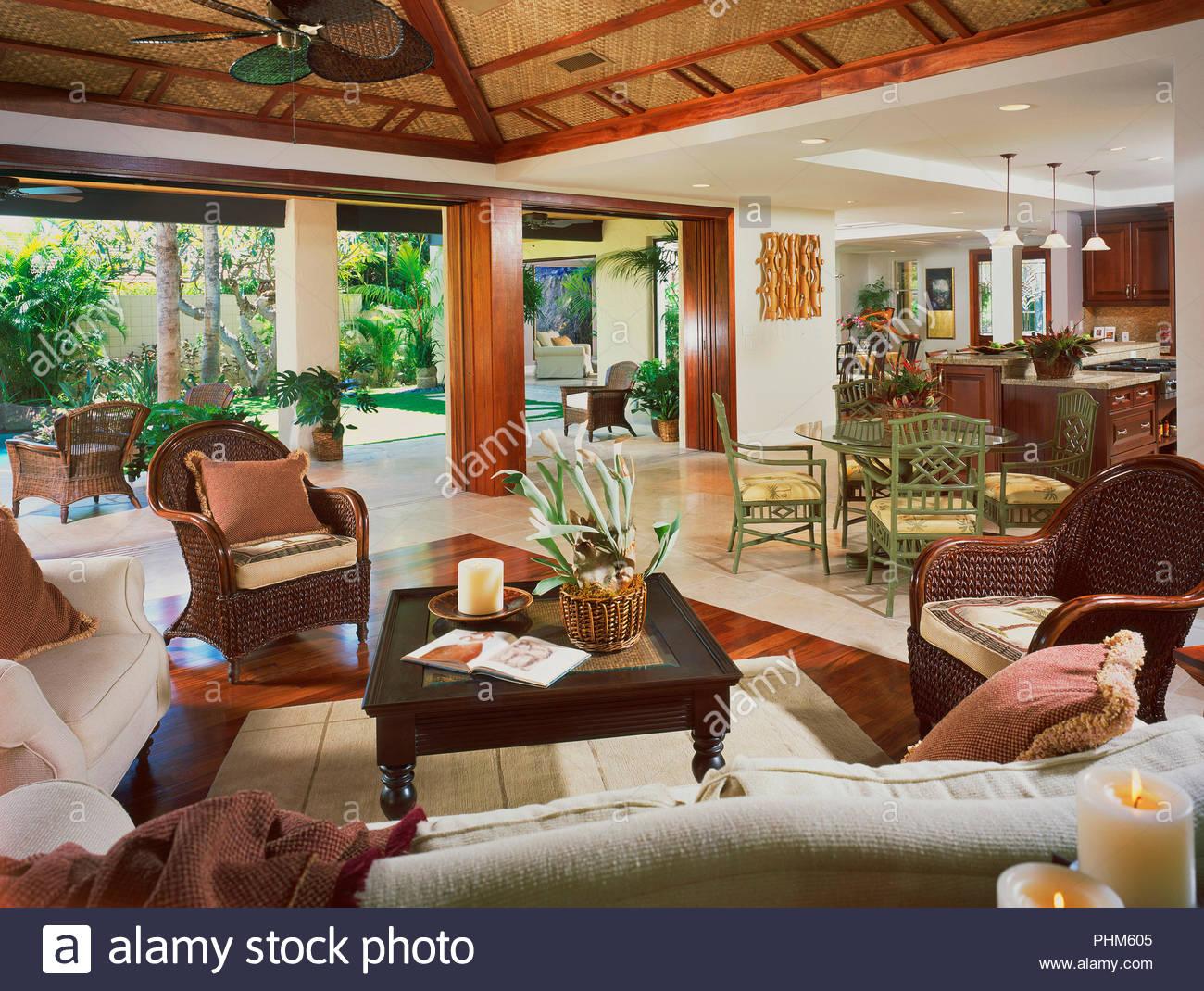 Wohnzimmer mit Topfpflanze Stockbild