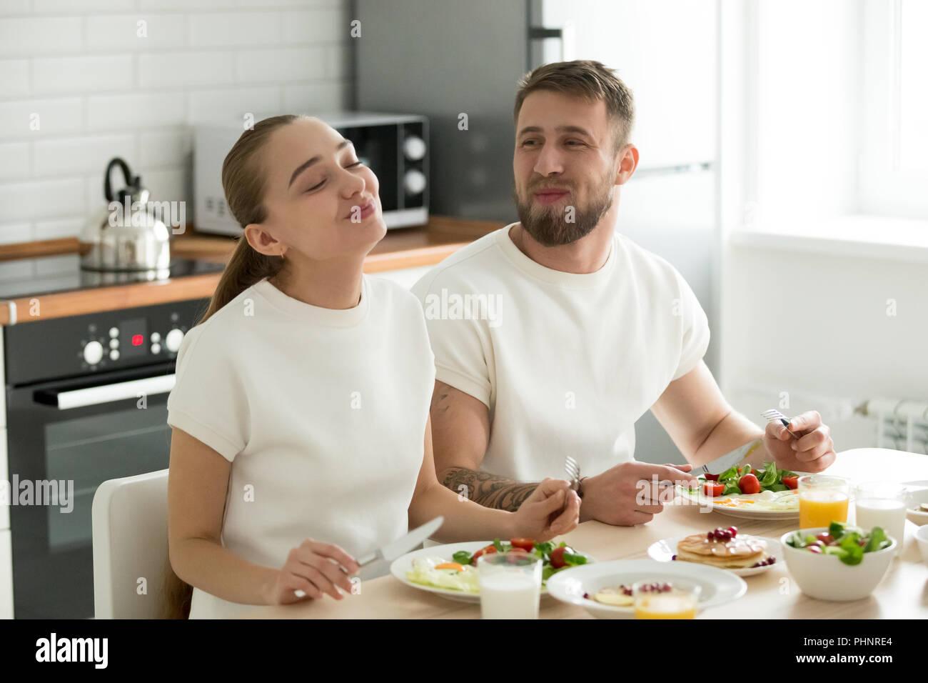 Glückliches Paar genießen Sie ein leckeres Frühstück zu Hause Stockbild