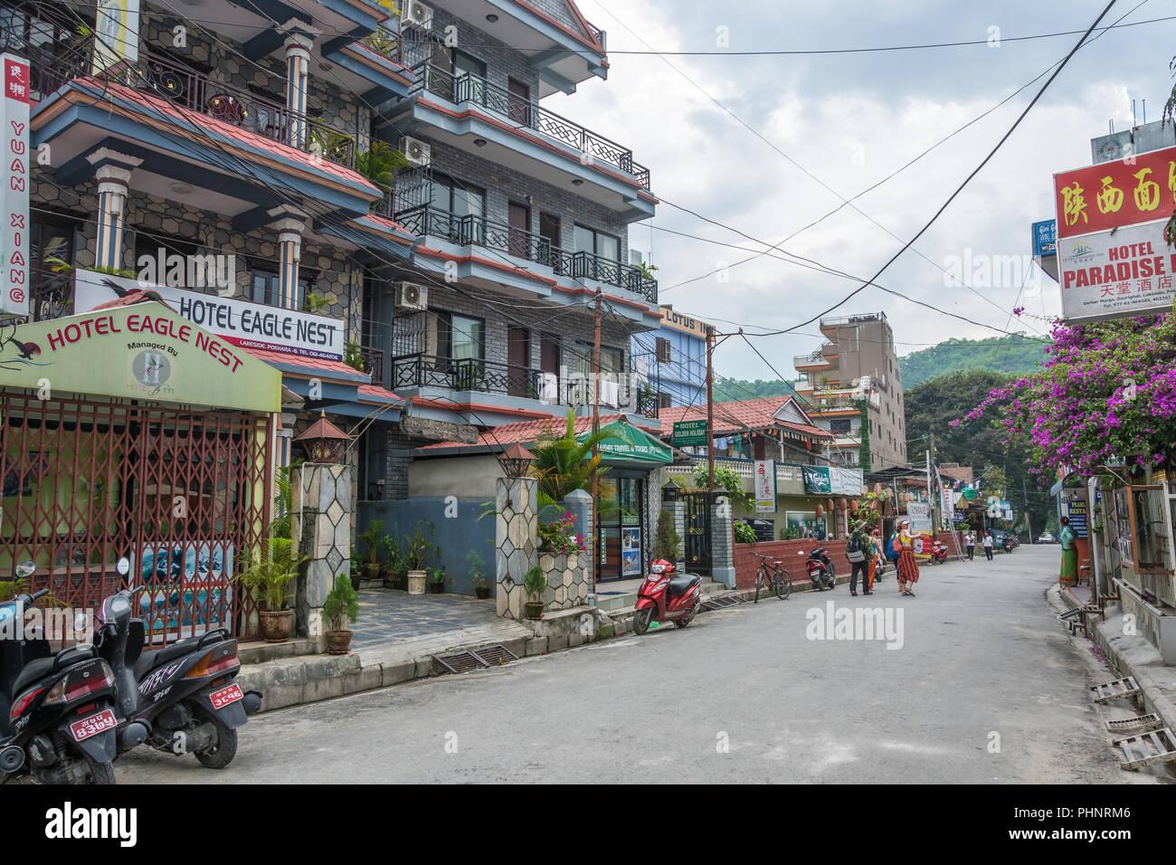 Pokhara, Nepal -11.04.2018: Pokhara Straße an einem bewölkten Tag am 11. April 2018 in Pokhara, Nepal. Stockbild