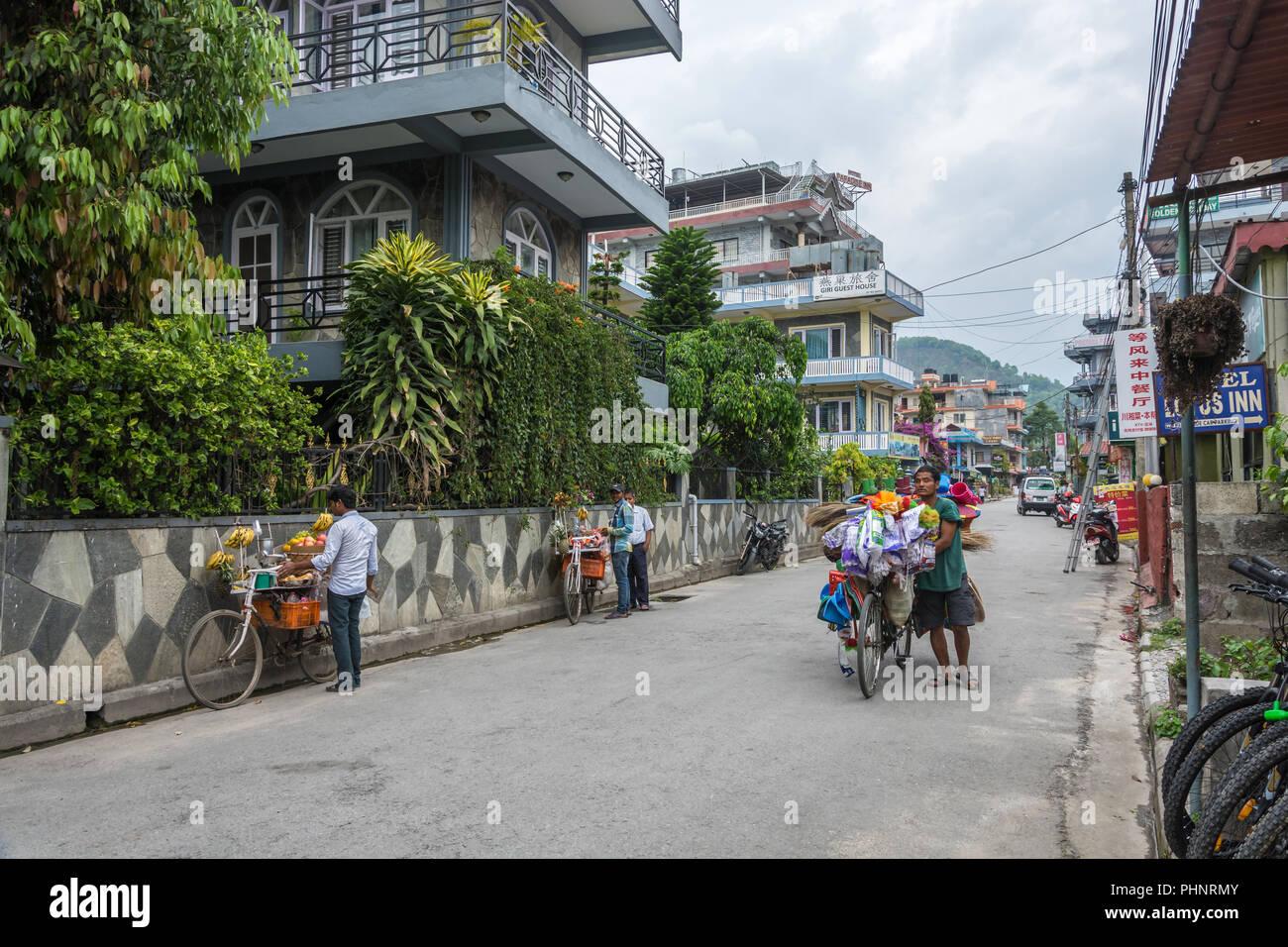 Pokhara, Nepal - 11.04.2018: Mobile Handel mit Fahrrädern 11 April 2018 Pokhara, Nepal. Stockbild