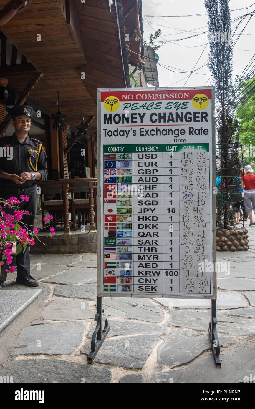 Pokhara, Nepal -11.04.2018: Schild mit unterschiedlichen Wechselkurse am 11. April 2018 Straße in Pokhara, Nepal. Stockbild