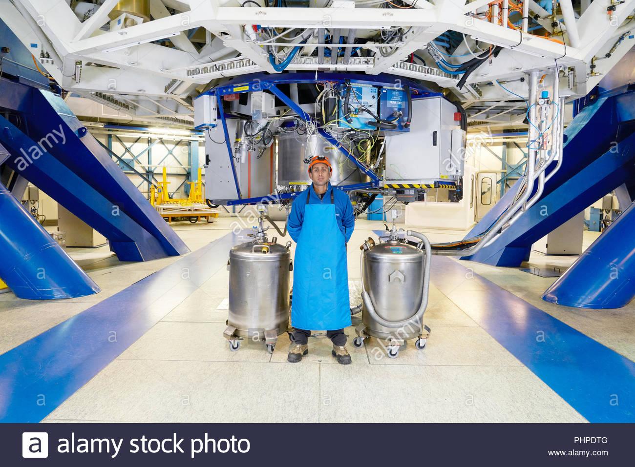 Wissenschaftler mit Gastanks unter Teleskop auf Paranal Observatorium Stockfoto