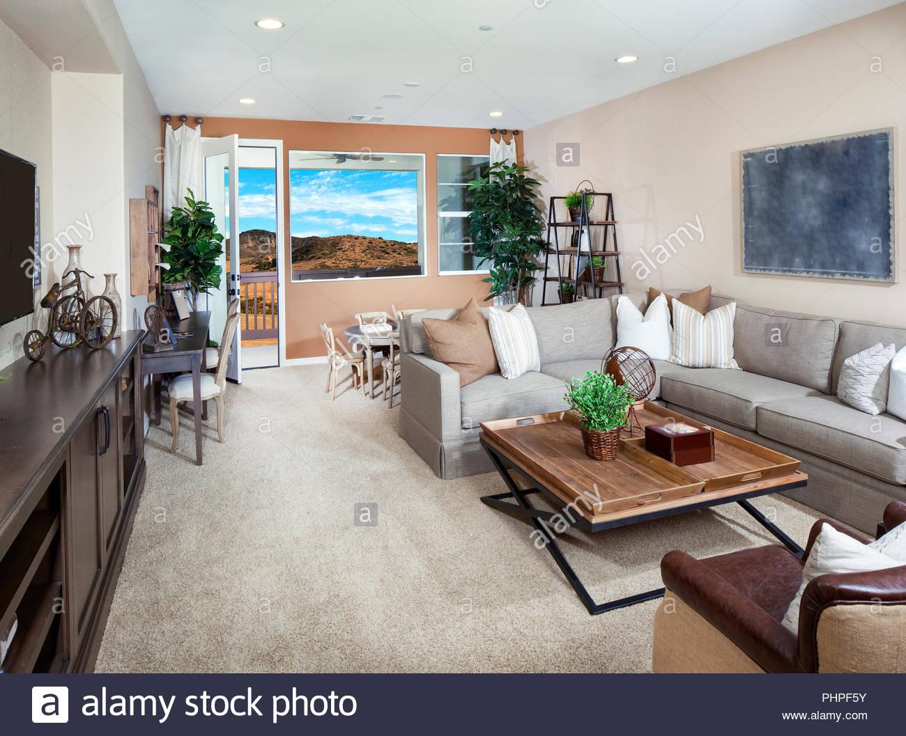 Grau und Braun Wohnzimmer Stockbild