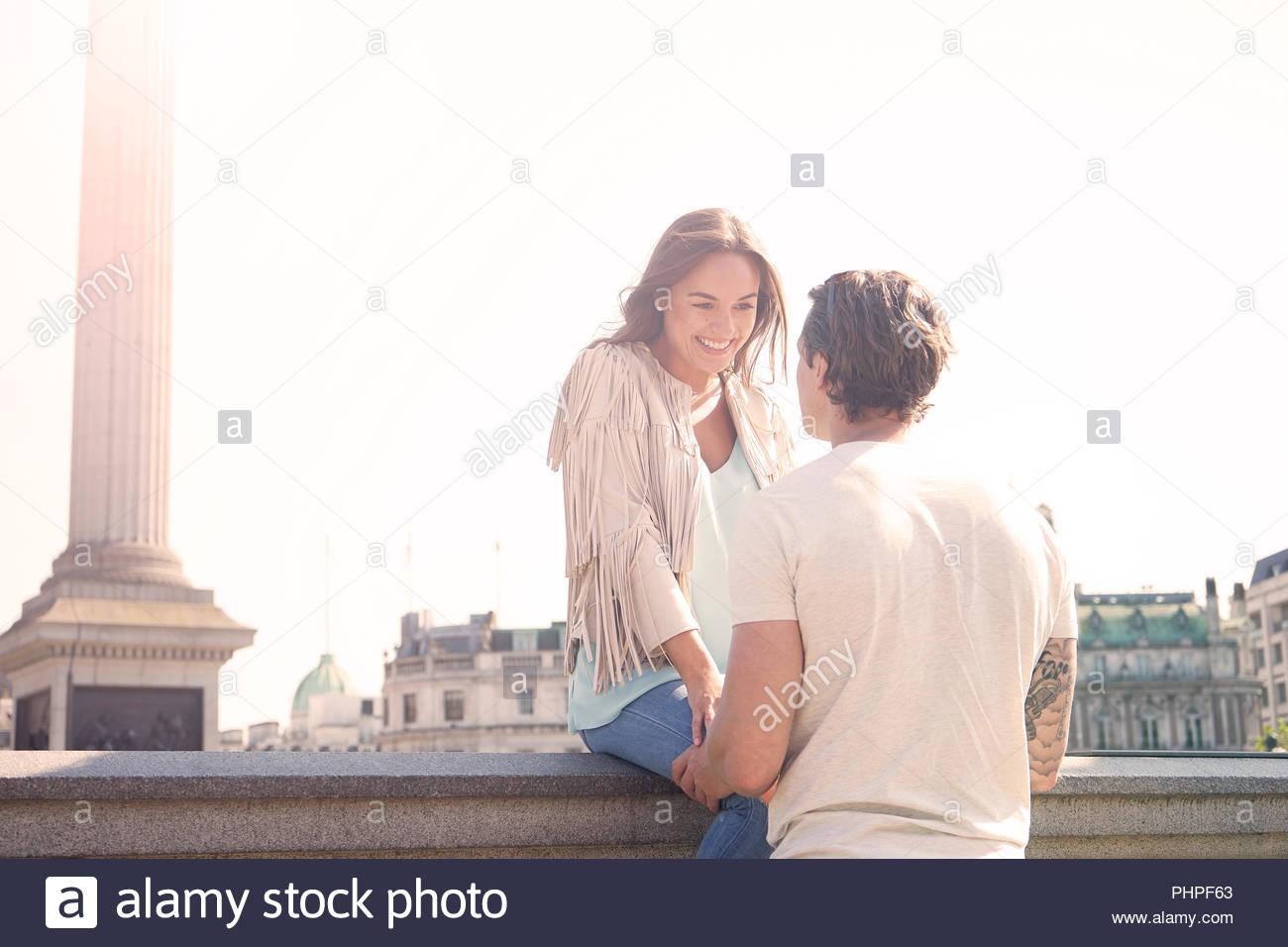 Paar auf Wand Stockbild