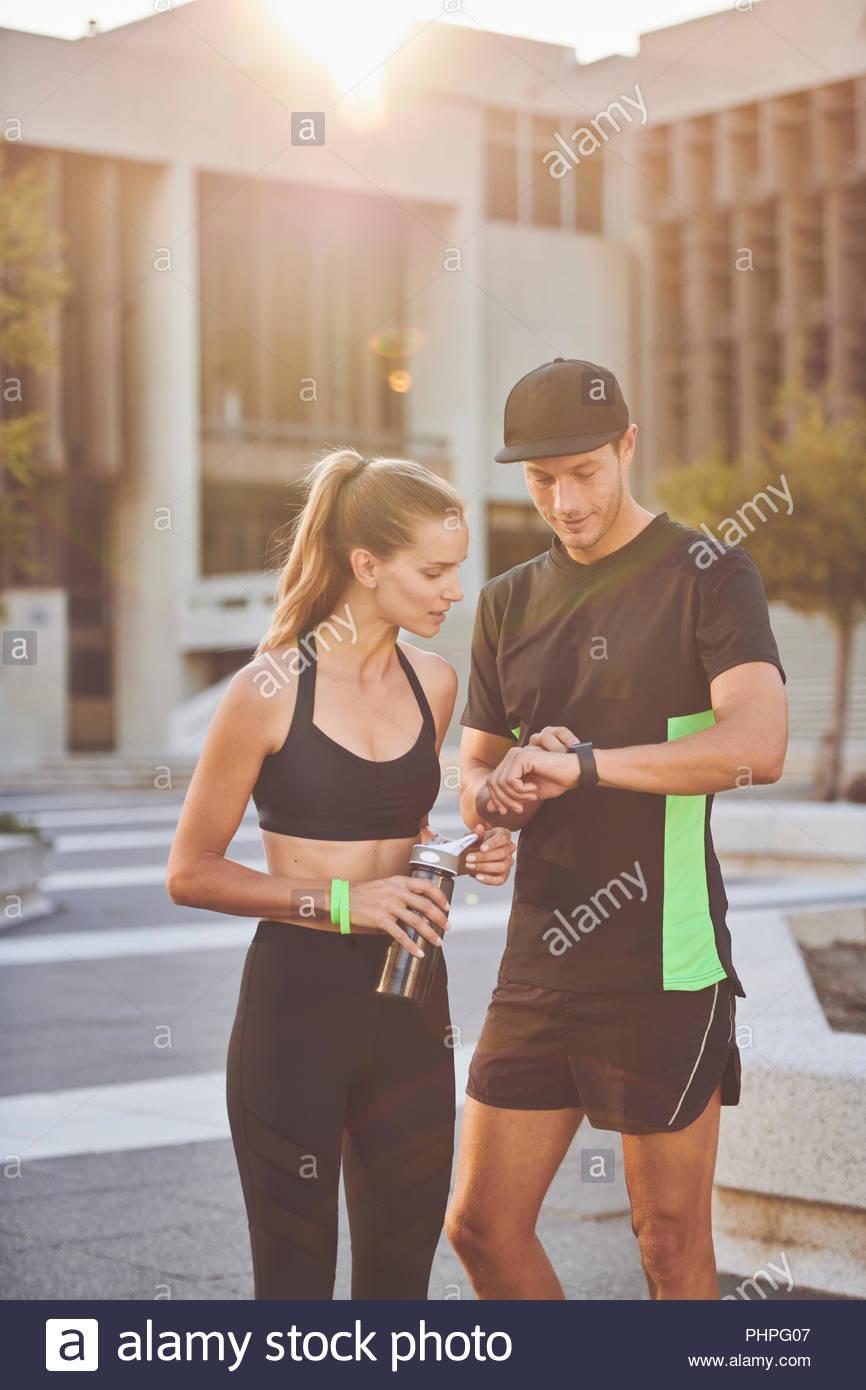 Paar tragen Sportswear Kontrolle Zeit Stockbild