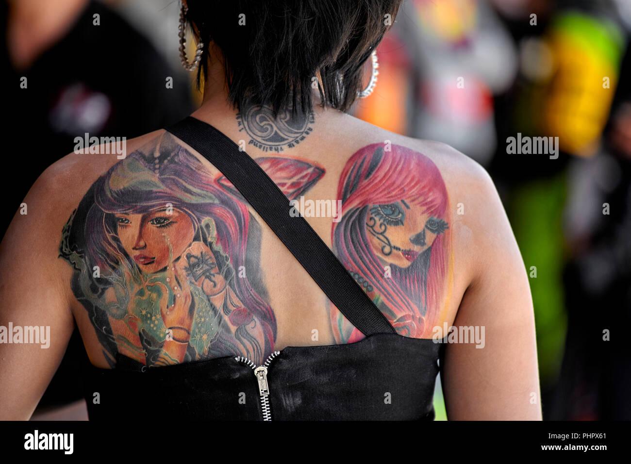 Frau Mit Einem Tattoo Auf Dem Rücken Stockfoto Bild 217477065 Alamy