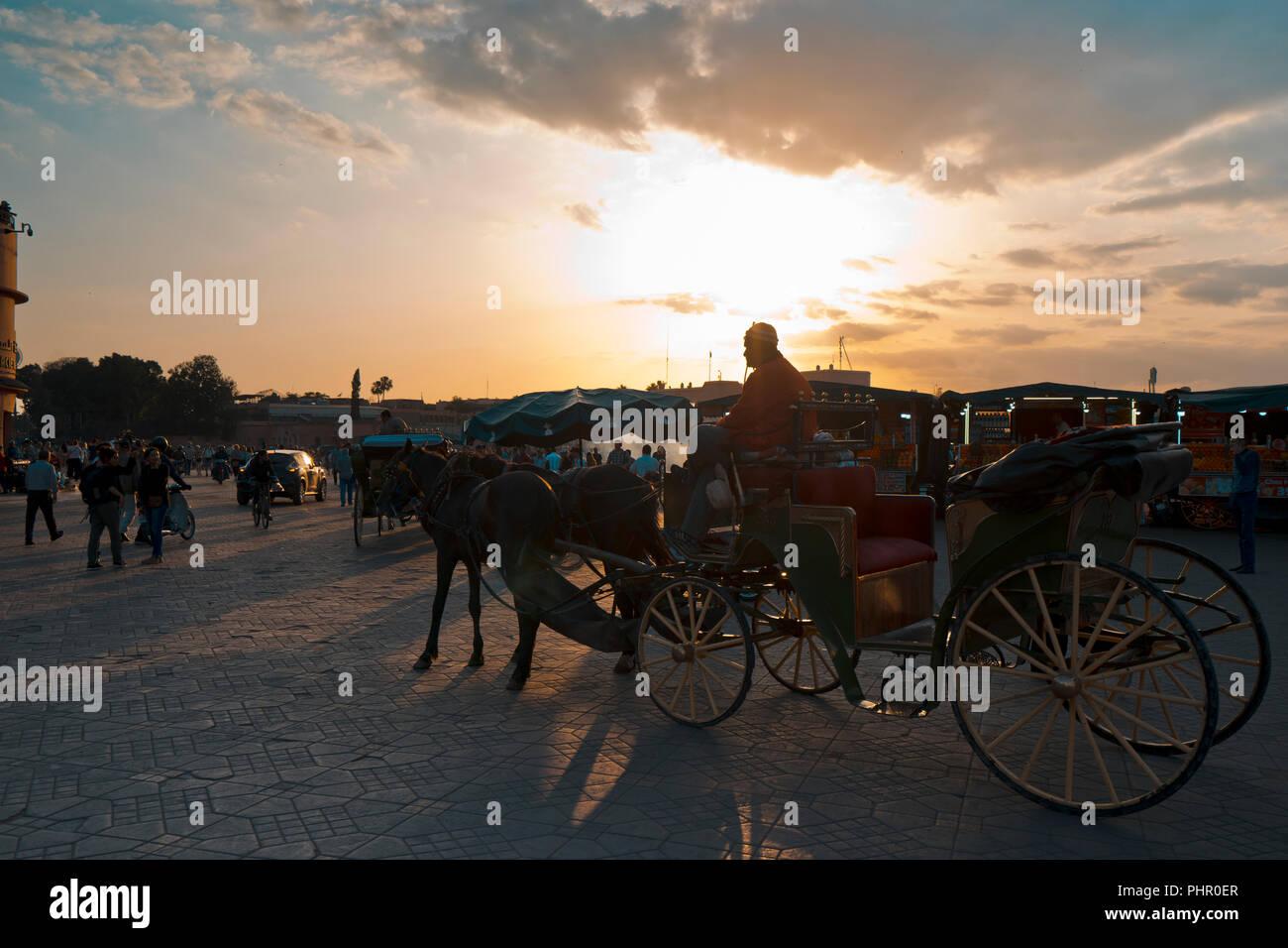 Besucher und Touristen am Djemnaa el Fna Platz in Marrakesch, Marokko Stockbild