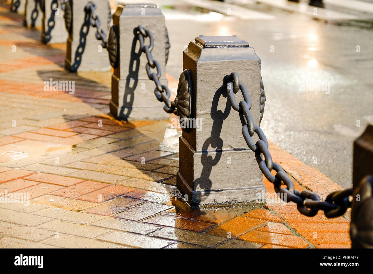 Zaun mit Ketten. Kette Zaun im Hintergrund der Straße ...
