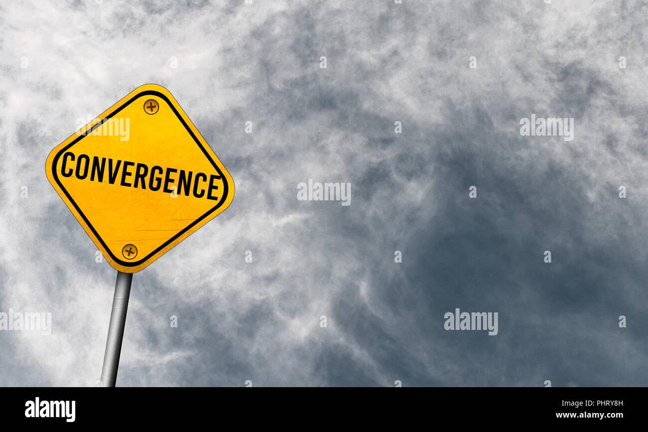 Konvergenz - gelbes Schild mit bewölktem Himmel Stockbild