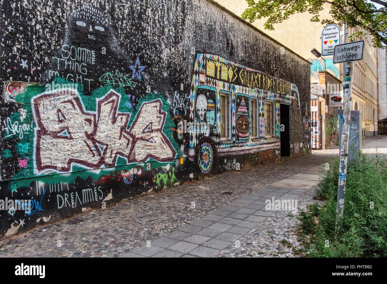 Berlin-Friederichshain. Carsystem Daniel Voss, Gebrauchtwagen Händler. Außenwand des Geschäfts ist in bunten Street Art abgedeckt Stockbild