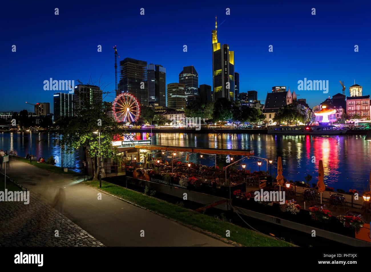 FRANKFURT AM MAIN, Deutschland - 07 August 2017: Frankfurt am Main - die Hauptstadt der Bundesrepublik Deutschland in der Nacht. Blick auf den beleuchteten Wolkenkratzer Stockbild
