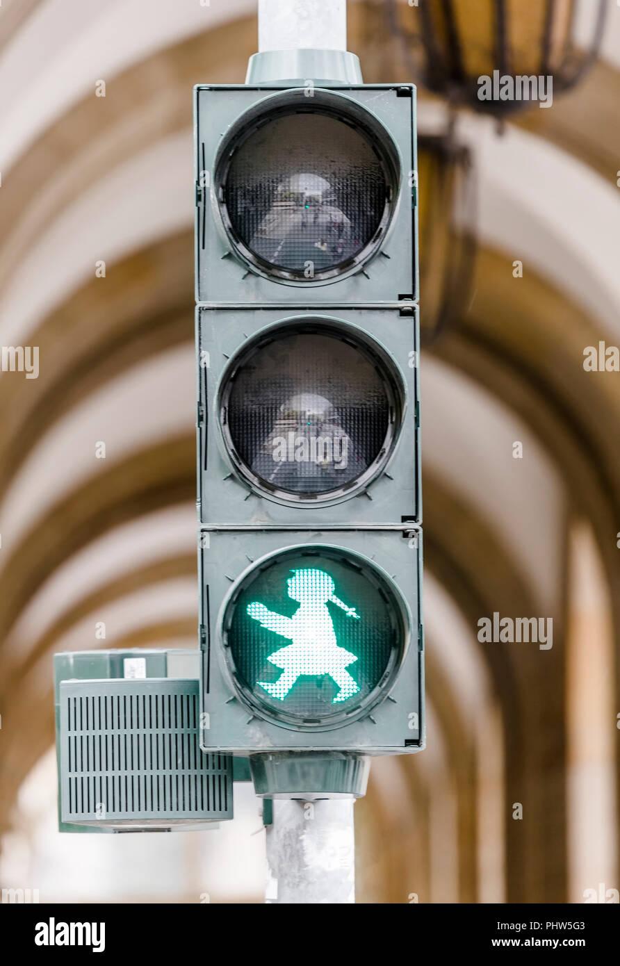 Straße Ampel mit einem brennenden Grün Stockfoto