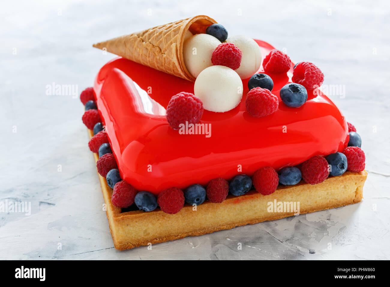Moderne Mousse Cake Mit Roter Glasur Stockfoto Bild 217528808 Alamy